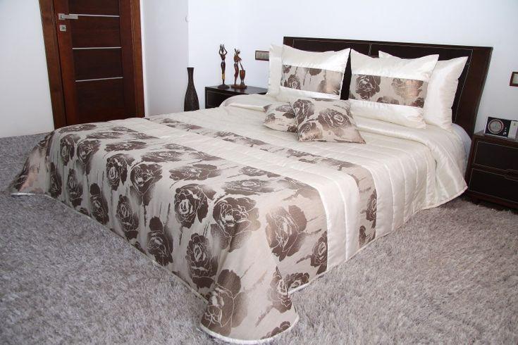 Kremowe narzuty luksusowe na łóżka do sypialni w beżowe róże