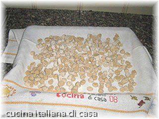 come preparare i pisarei (gnocchetti di pane e farina) ricetta tradizionale piacentina con foto di cucina italiana di casa