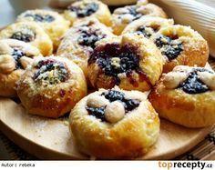 Šleha(čkové)né koláč--- Na těsto: 30 g droždí 120 g másla 80 g krupicového cukru 125 ml mléka vanilkový cukr 2 žloutky kůra z 1/2 citronu lžička soli (malá) 200 ml 30% smetany ke šlehání 500 g hladké mouky Na náplň: 300 g tvarohu hrst rozinek 80 g moučkového cukru 50 g másla vanilkový cukr kůra z 1/2 citronu 1 žloutek Na drobenku: 50 g hrubé mouky 40 g másla 40 g moučkového cukru A ještě: hrst mandlí (spařených a oloupaných) vejce (na potření koláčků) 2 plechy