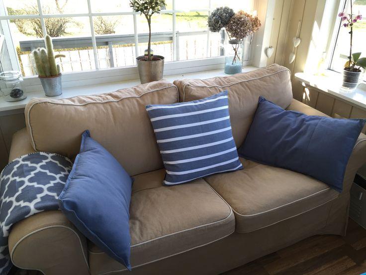 Sofaen i vinterhagen har fått nye puter og teppe fra Kid og Kremerhuset.