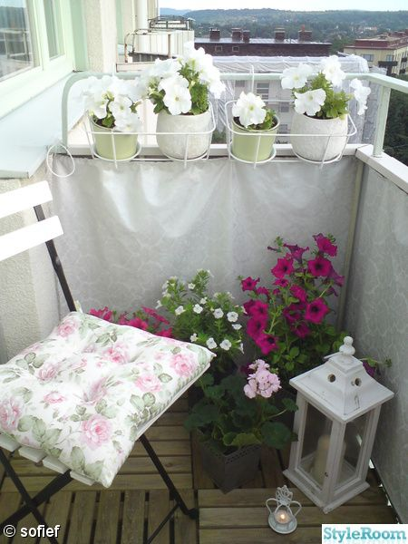 You make any teeny balcony work...so cute