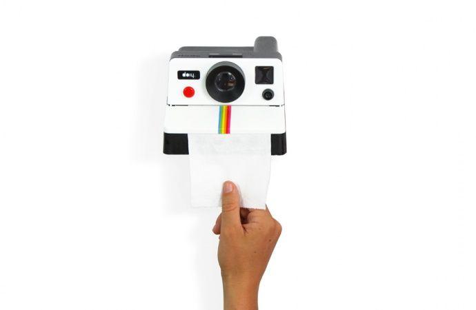 Lustig: Toilettenpapierhalter in Form einer Polaroid-Kamera