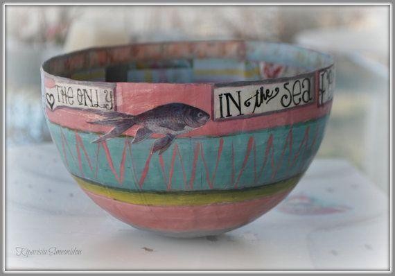(U bent de enige vis in de zee voor mij)  Dit is een soort handemade papier mache Bowl gemaakt van verschillende soorten papers, collage en hand geschilderd in acryl verven. Het is bedekt met een beschermende water vernis.  Dit kunstwerk is geweldig als een geschenk voor elke gelegenheid of zelfs een georgeous geschenk aan je zelf. De schaal meet 18 cm in dameter en op amper 12cm hoog Het is prachtig en zorgvuldig verpakt, teneinde te verzekeren van een veilige reis naar uw huis.