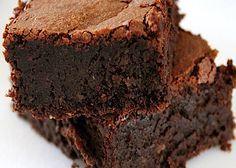 La torta Barozzi si prepara facendo sciogliere il cioccolato a bagnomaria e unendo poi tutti gli ingredienti in un composto cremoso che andrà posto in una teglia e cotto al forno, servendolo poi freddo. E' un prodotto tipico della zona di Vignola.