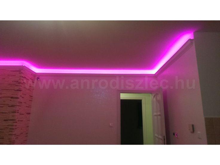Pink fényben tündököl az RGB LED szalag - ez a speciális fénysor egy vezérlő segítségével szinte bármilyen színt megjeleníthet!   Fehér falak mellett a leglátványosabb! :)