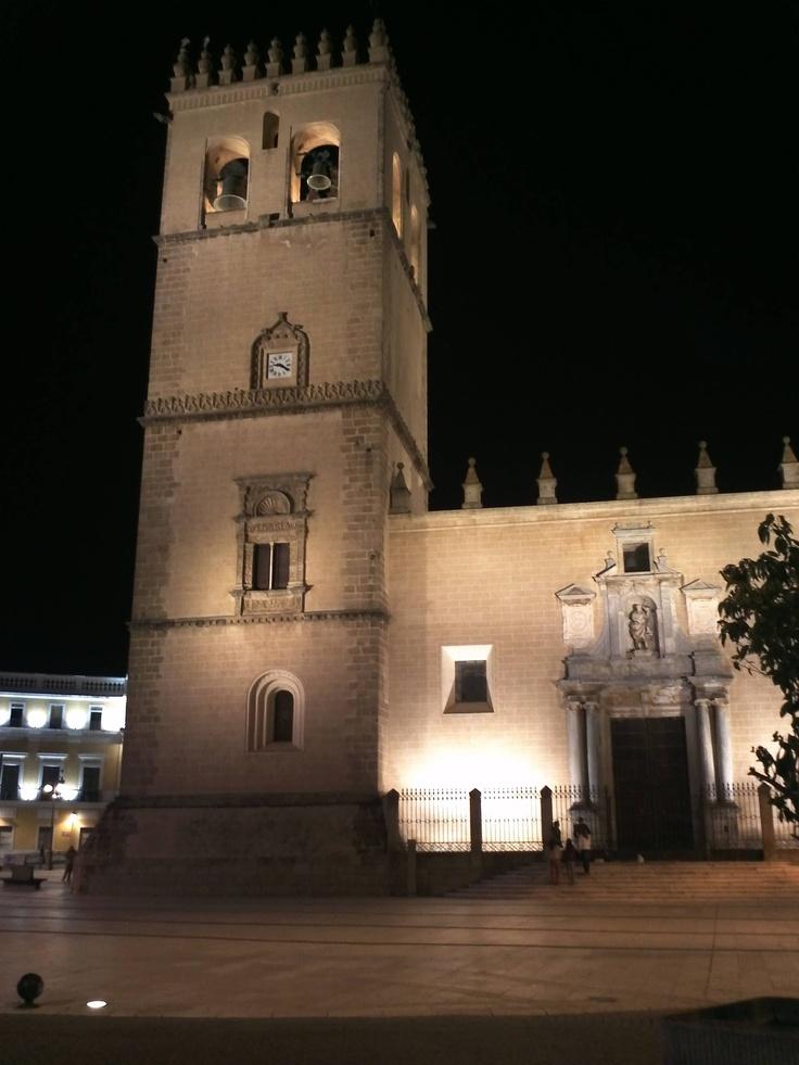Foto nocturna de la catedral de Badajoz