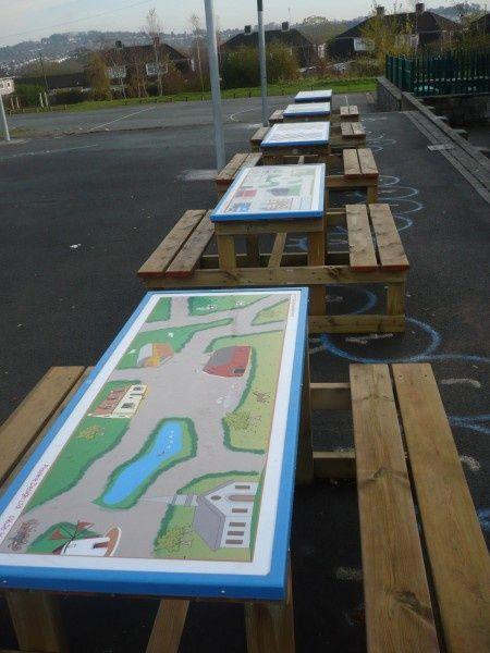 Spelborden op picknick tafels. Zo worden de tafels nuttig gebruikt, maar kunnen ze ook nog altijd gewoon als tafel gebruikt worden.