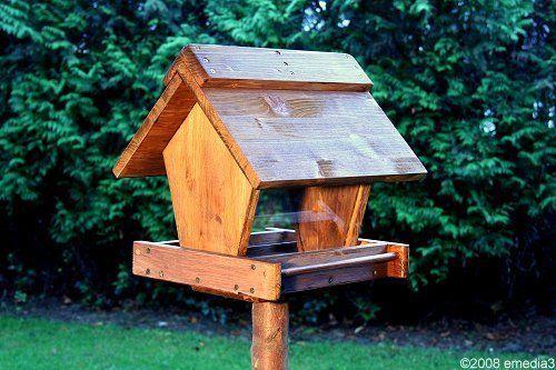 In der Bauanleitung für das Vogelhaus wird Ihnen Schritt für Schritt erklärt, wie Sie sich selbst ein schmuckes Vogelhaus für den eigenen Garten bauen können.