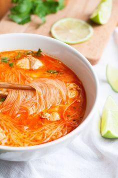 20-Minuten Thai Chicken Soup. Herzhaft, würzig und extraschnell | gefunden auf kochkarussell.com