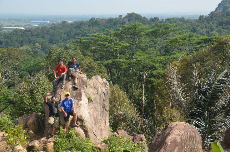 Cadas Gantung yang terletak di desa Mirat - Leuwimunding ini menawarkan pemandangan indah di kawasan perbukitan karst Palimanan.