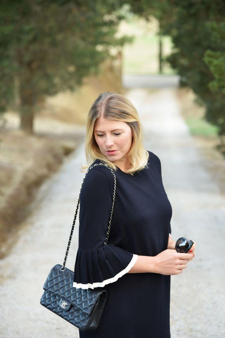 Chanel 2.55 | ein klassischer Look mit einem zeitlosen Kleid, welches Plissee Ärmel hat