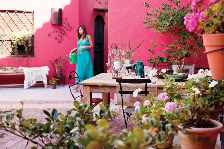Ideas para decorar un patio  Para lograr un aire de 1800, las paredes se pintaron de color remolacha con tintes bordó. Adornos en alambre y chapa de color óxido, como el pinche decorativo (desde $399, Cuatro Elementos) en una de las tantísimas macetas de diferentes colores, formas y tamaños.  /Santiago Ciuffo