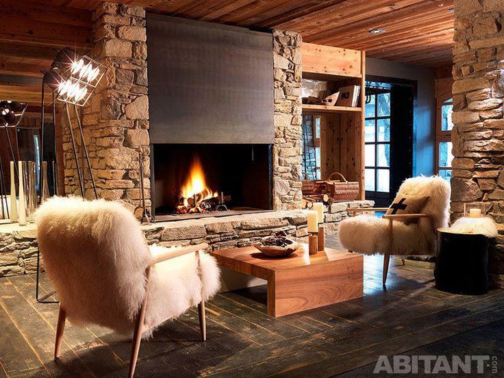 Гостиная с камином и меховыми креслами