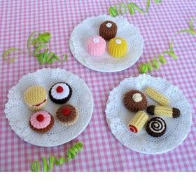 Jean Greenhowe's wee knitted tea party treats (for wee knitted dolls?) FREE PATTERN at jeangreenhowe.com/patterns.html