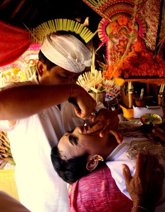 Церемония подпиливания зубов, она же Gigi Potong является важнейшим событием в жизни молодого балийца, во время этой церемонии подросток обещает взять контроль над своими демонами. По обычаю её делают по достижению 18-ти лет. Подпиливают передние 6 зубов, острые зубы и клыки в балийском мировоззрение – всегда признак темных сил. Процедура болезненная, но считается почетной. Балийцы верят, что таким образом они избавляются от влияния злых сил и лишаются семи самых главных «демонических…