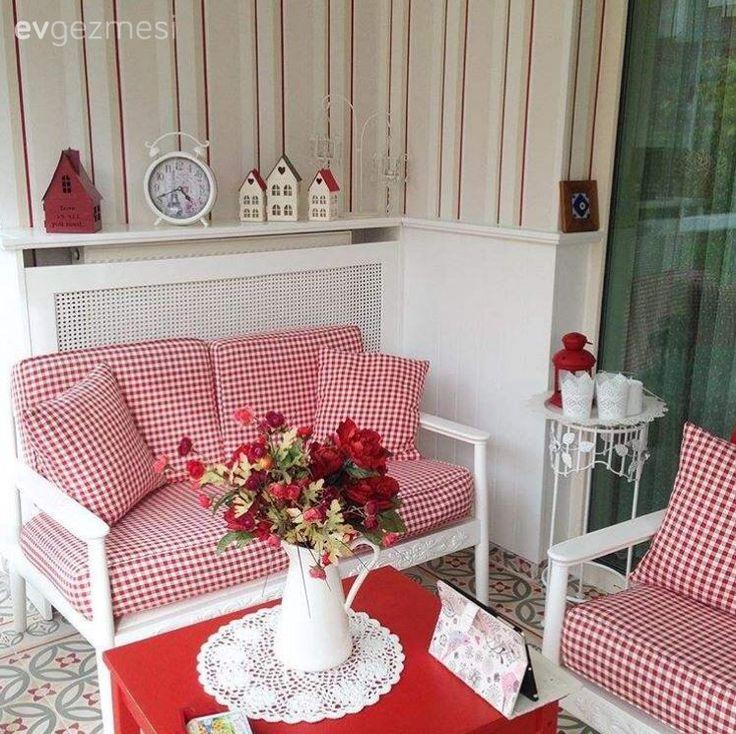 Aygün hanımın evi, en sevilen ev gezmelerimizden biri.. Ev sahibimizin favori kombini kırmızı-beyaz, kış bahçesinin vurgu renkleri olarak kullanılmıştı.  Karolarından, duvarlarına evin bir bölümüymü...