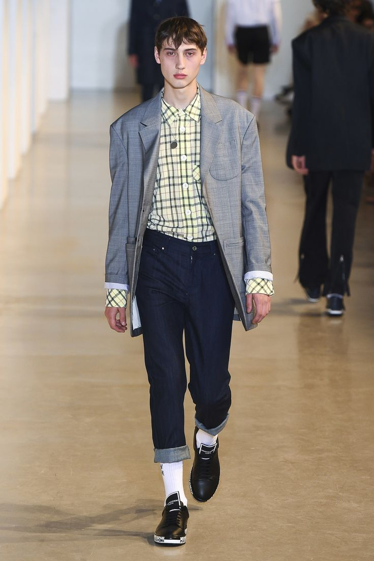 See the complete Wooyoungmi Spring 2018 Menswear collection.