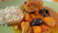 Filet mignon aux pruneaux et carottes INGRÉDIENTS pour 4 parts un filet mignon 250 g carottes 1 oignon 10 pruneaux 1 c.à.s de confiture d'abricot du vin blanc 1 cube bouillon de volaille 50 g beurre 25 g farine PRÉPARATION Commencez par faire dorer le filet mignon de tous...