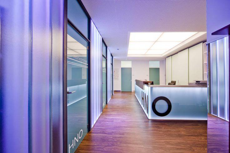 Empfangsbereich mit Glastheke (von Knychalla + Team, Architektur + Freiraum)
