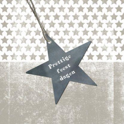 Hippe kerstkaart in grunge stijl met donkergrijze ster en 'Prettige feestdagen'. Op achtergrond kleine sterretjes.