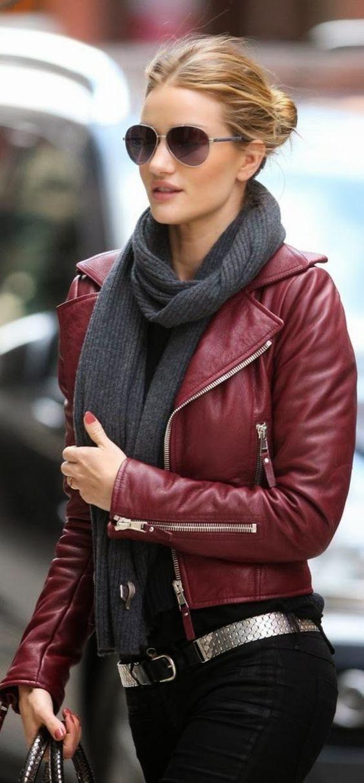 Красная кожаная куртка, серый шарф и черные джинсы