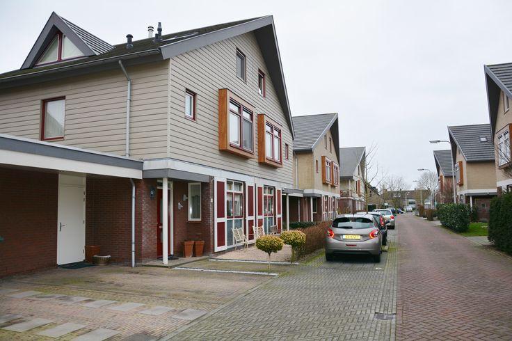 Makelaardij Van Brussel D. Hofstedestraat 8 Ter Aar Een royale twee-onder-een-kap woning met aangebouwde stenen berging/garage en 5 slaapkamers gelegen in de woonwijk Hofstedepark te Langeraar.  De riante woonkamer, de luxe keuken met spoeleiland en de ruime tuin zijn kenmerken van dit unieke object.  Centraal gelegen in het Groene Hart, in de buurt van sportfaciliteiten en met uitvalswegen naar de N207 in de nabije omgeving.
