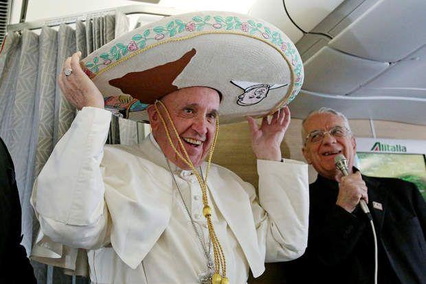 Ce plaisantin de papeFrançoiss'est rendu à la Havane (Cuba) pour un tête-à-tête historique avec le patriarche orthodoxe russe Kirill. Lors de son vol, il s'est vu remettre un chapeau Mexicain par un journaliste présent à bord de l'avion. Le Mexique sera en l'occurrence sa prochaine destination.