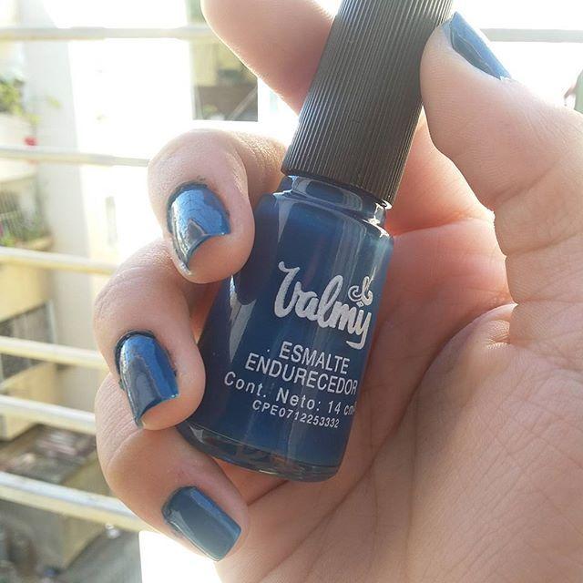Feliz con mi #BlueJean de @cosmeticosvalmy. . . Yo se que es un mito eso de que los colores oscuros ayudan a crecer las uñas, pero esos colores en serio las pones más fuertes, lasgas y bonitas 😅🌟👌. . . #blogger #soyunachicavalmy #beautyblogger #fashion #blue💙
