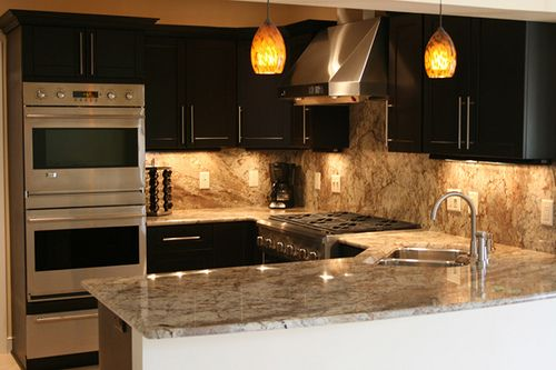 Cocina con barra de granito remodelacion cocina pinterest for Marmol color chocolate