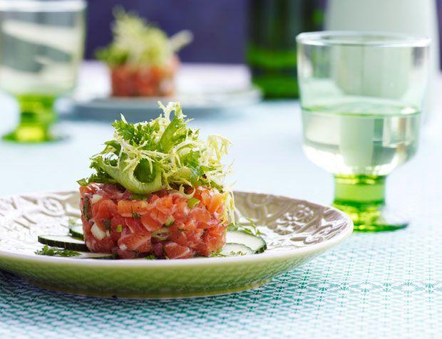 Laksetatar er en virkelig nem forret, som alligevel virker avanceret og tager sig flot ud på tallerkenen. Brug gerne helt frisk laks fra fiskehandleren, og smag den omhyggeligt til med krydderurter og citron. Mums!