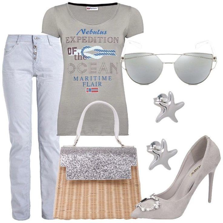 I pantaloni azzurro chiaro hanno la chiusura con i bottoni, mentre la t-shirt grigia, in cotone, ha una stampa di scritte e disegni di ispirazione marina. Le décolleté sono grigie con tacco a spillo e con una piccola decorazione di cristalli .Gli occhiali da sole hanno, invece, le lenti grigie e la montatura color argento. In argento sono anche i piccoli orecchini a forma di stella marina. La borsa, infine, è molto particolare: è in finto mid...