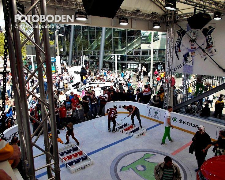 Jedes Jahr wird, während der Eishockey-WM um die Stadien ein Fan-Dorf errichtet, in denen man auch das Thema Eishockey präsentieren möchte. Skoda verlässt sich dabei seit Jahren auf FOTOBODEN™ als qualifizierten Partner. Dank dem individuell bedruckbaren Vinylboden ist es möglich, unabhängig von Temperaturen und Umgebungen, täuschend echt aussehende Eisflächen vor die Stadien zu bringen!