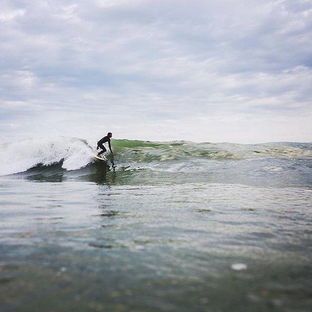 Tranquil, on se laisse guider par la #vague . #unsplash #iledereve #ilederé #globalsurfadventures #aquatech_imagingsolutions #aquashot #surf