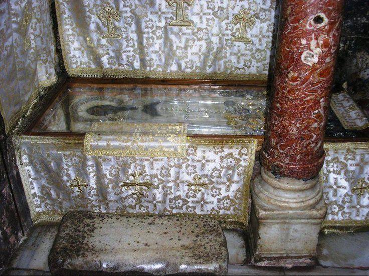Ο τάφος του οσίου Αθανασίου του Αθωνίτου, στο παρεκκλήσιο των Αγίων Τεσσαράκοντα (Άγιον Όρος) - The tomb of St Athanasios the Athonite, in the chapel of the Forty Martyrs (Mount Athos)