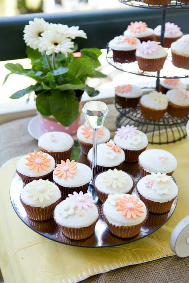 Picnic Wedding food : Daisy cupcakes