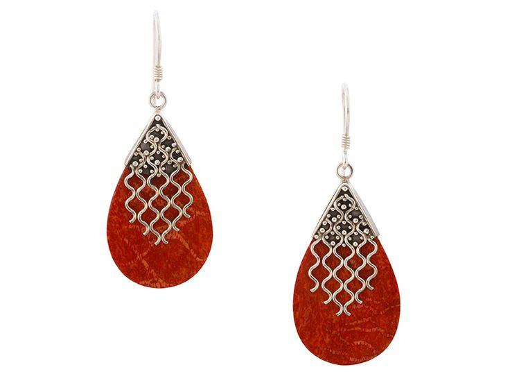 Zilveren oorbellen uit Bali - Balinese druppelvormige koraal oorbellen met zilveren decoraties