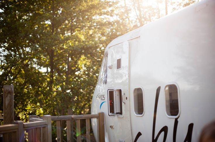 Avec mon article du jour, je vous fais voyager vers un camping insolite à Saint Michel Chef Chef, et nous avons dormi dans un avion !