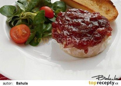 Grilovaný Hermelín s karamelizovanou cibulí na pivě recept - TopRecepty.cz