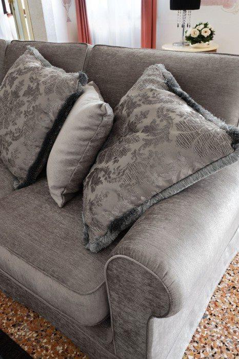 Come stare comodi sul divano al caldo sotto una bella coperta di pile!