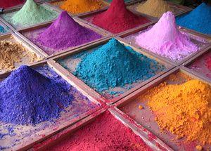 Le tinte naturali, ecco come si fanno La tintura naturale è un'arte antichissima, ecologica e creativa. Con piante, bacche, cortecce, ...