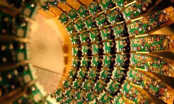 Ordenadores que procesan datos millones de veces más rápido que los actuales Tomado de: http://www.di.sld.cu/?p=10557 Sustituir la electrónica por la fotónica es el objetivo.Gracias a esta migración, nuestros dispositivos, ordenadores, portátiles, tabletas, móviles… podrán llegar a funcionar millones de veces más rápido que los que utilizamos en la actualidad. Ahora, un equipo de ingenieros de la Universidad de Utah (EE.UU.) ha desarrollado un divisor de haz ultracompacto que divide las […]
