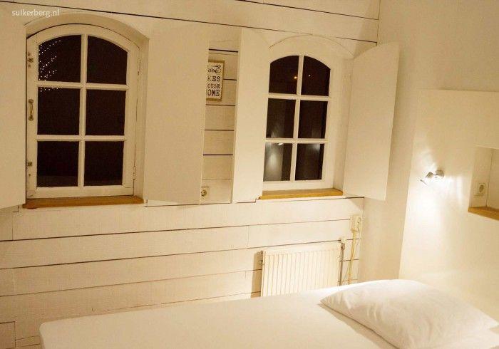 Vakantiehuisje de Blokhut (2 tot 5 personen) in Loon op Zand is een romantisch vrijstaand huisje aan de rand van de Loonse en Drunense Duinen. Op 5 kilometer afstand van de Efteling en de Beekse Bergen liggen om de hoek. Met twee slaapkamers, volledig ingerichte keuken, een gezellige woonkamer met houtkachel en de een afsluitbaar terras is het een aanrader.