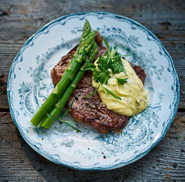 Bearnaisesås är ett perfekt tillbehör till grillat och kött. Att göra sin egen bea är inte svårt och blir garanterat ditt godaste tillbehör till din köttbit.