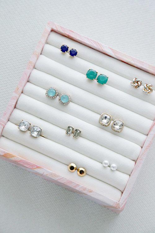 Faites votre propre boîte de boucle d'oreille et le stockage de l'anneau en utilisant quelques fournitures à partir du magasin d'artisanat.