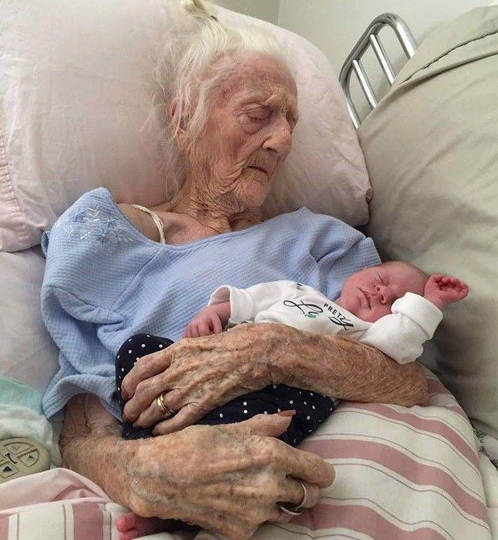 Az élet kezdete és az élet vége egy képben, egyetlen pillanatban. A 101 éves dédmama a betegágyán ölelhette magához... - MindenegybenBlog