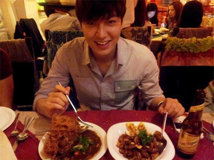 "★ Lee Min Ho eating Adobo★ …..     on his twitter few days ago he asked what food to eat in the Philippines, many have replied and He tried the Filipino famous dish ""Adobo"". He even posted it on his facebook account and said it is delicious =)"