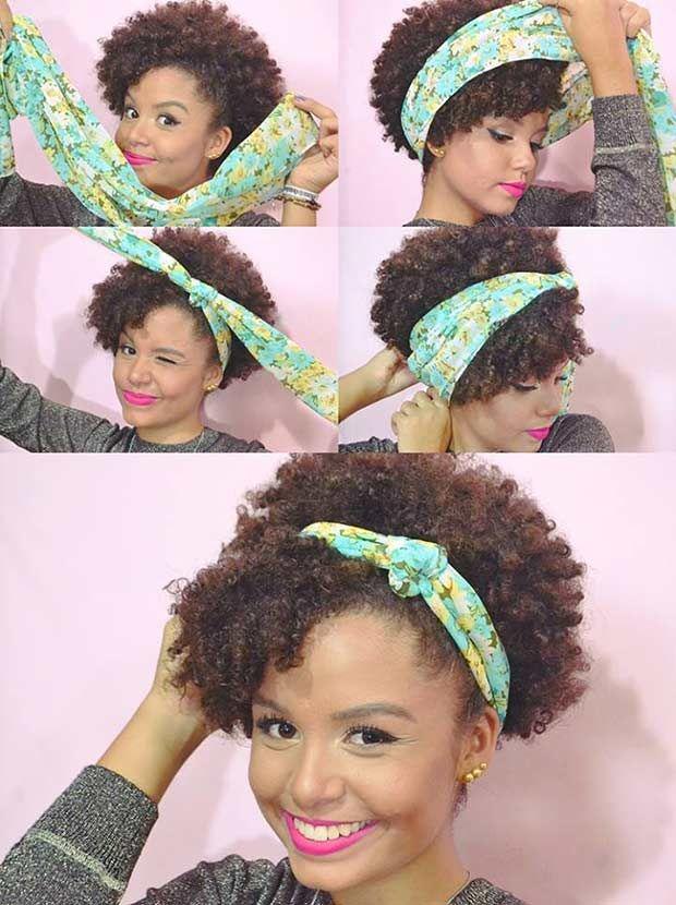 """VAI DE LENÇO: lenços dão super certo pras cacheadas e crespas por causa do volume do cabelo. Pra fazer esse penteado é só você deixar o lenço bem largo, principalmente do lado que vai ficar mais escondido atrás da """"franja"""", como vocês podem ver nas fotos. Depois, é só amarrar duas vezes e esconder as pontas do lenço."""