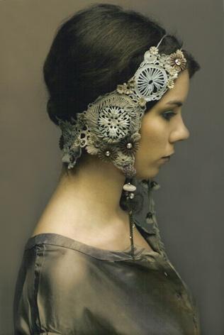 Diadème Abysses, Pièce unique, crochet et teinture main, couleur Opale, avec incrustations de dentelles anciennes, perles et empiècements métalliques.Crédit photo: Jade Quintin.