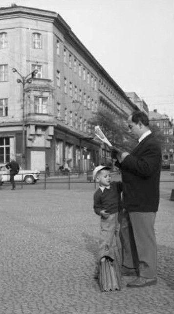 Otec se synem (2206-1), Praha, květen 1963 • |black and white photograph, Prague|