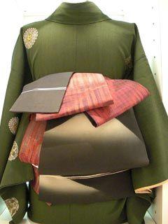 普段着変わり結び編 ヴィンテージの名古屋帯と新品半巾帯を使っての変わり結びです。 今回はヴィンテージ帯の長さが330cm・幅が27cmと全体的に小さい...